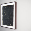 Guy Vording voorbeeld van een werk uit de serie Black Page, in lijst aan de wand.